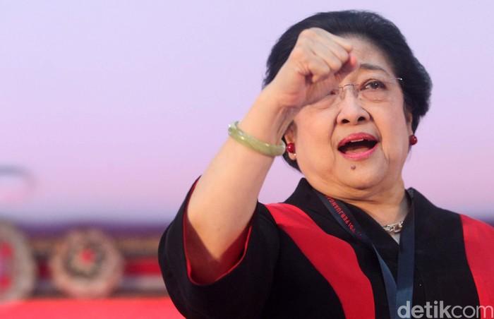 Ketua Umum PDIP Megawati Soekarnoputri menutup Kongres V PDIP di Bali, Sabtu (10/8). Mega sempat berpose tiga jari bersama kedua anaknya Puan dan Prananda.