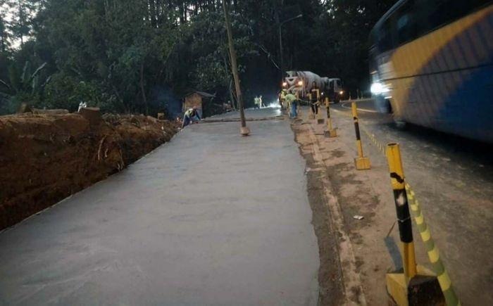 Penanganan yang dilakukan Kementerian PUPR melalui Balai Besar Pelaksanaan Jalan Nasional (BBPJN) VI, Ditjen Bina Marga diantaranya berupa pelebaran jalan, pembuatan saluran drainase, pembangunan jembatan duplikat, dan perkuatan tebing pada titik-titik rawan longsor. Pool/Kementerian PUPR.