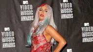 Ihiy! Lady Gaga Cium Bibir Pria Misterius di Malam Tahun Baru