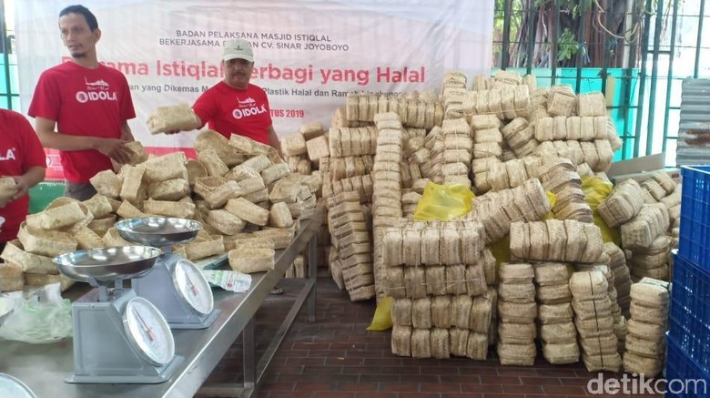 Daging Kurban di Istiqlal Dibungkus Plastik Ramah Lingkungan-Besek Bambu