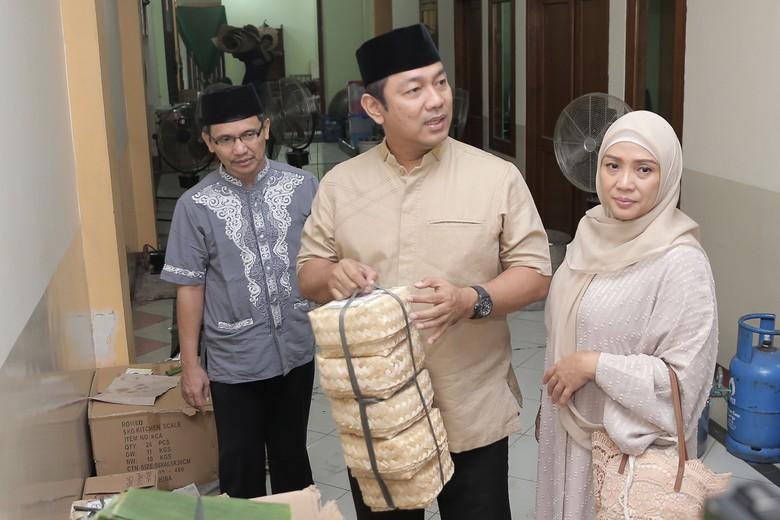 Warga Semarang Bagikan Daging Kurban Pakai Besek hingga Daun Pisang