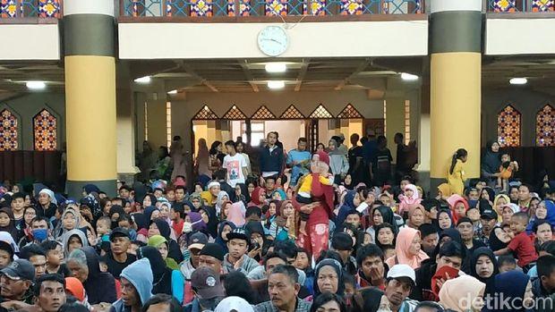 Masjid Raya Bandung Bagikan Ribuan Daging Kurban Pakai Besek