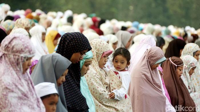 Umat muslim melaksanakan salat Idul Adha di Lapangan Astrid Kebun Raya Bogor, Jawa Barat.