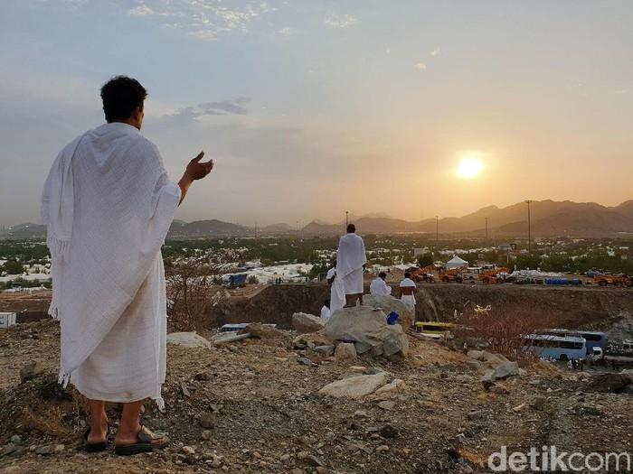 Setelah wukuf, para jemaah haji harus meninggalkan padang Arafah untuk lanjut ke Muzdalifah. Suasana syahdu begitu terasa di petang sebelum meninggalkan Arafah tersebut.