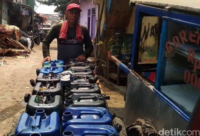 Warga harus membeli air bersih yang dijual keliling untuk kebutuhan sehari-hari.