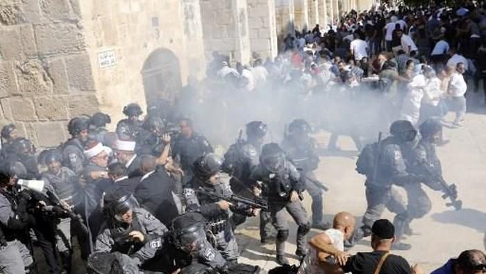 Bentrokan di Kompleks Al-Aqsa saat perayaan Idul Adha 2019. (Foto: ANAS BABA / AFP)