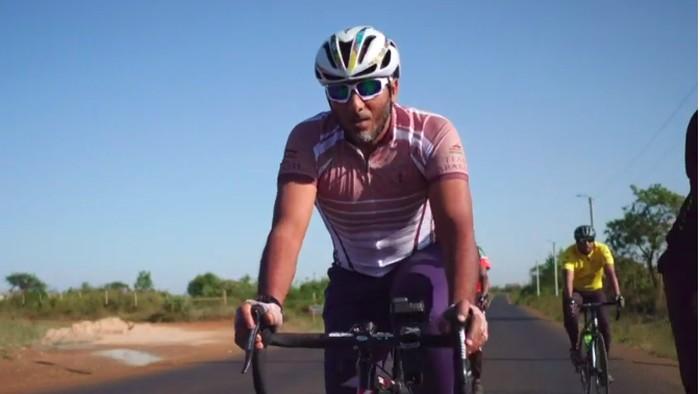 Tangkapan layar salah satu pegowes sepeda dari Kenya untuk beribadah Haji. Foto: BBC