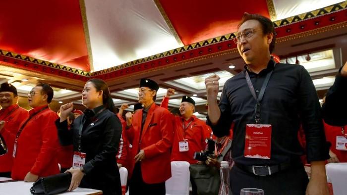 Ketua Umum PDI Perjuangan Megawati Soekarnoputri (kedua kanan) saat melantik Sekjen PDIP Hasto Kristiyanto (kiri), Ketua DPP PDIP bidang UMKM, Ekonomi Kreatif, dan Ekonomi Digital Prananda Prabowo (kedua kiri), Ketua DPP PDIP bidang Politik dan Keamanan Puan Maharani (kanan) dan sejumlah pengurus DPP PDIP lainnya saat penutupan Kongres V PDI Perjuangan di Sanur, Denpasar, Bali, Sabtu (10/8/2019).