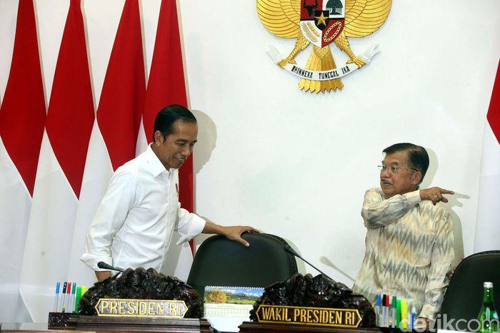 Presiden Joko Widodo (Jokowi) didampingi Wapres Jusuf Kalla, melanjutkan rapat terbatas (ratas) bersama beberapa menteri kabinet kerja, di Kantor Presiden, Jakarta, Senin (12/08/2019).