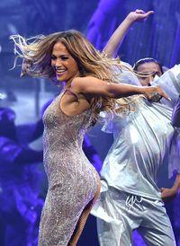 Jennifer Lopez saat menggelar konser di Las Vegas, AS, Juni lalu. (Foto: Ethan Miller/Getty Images for ABA)