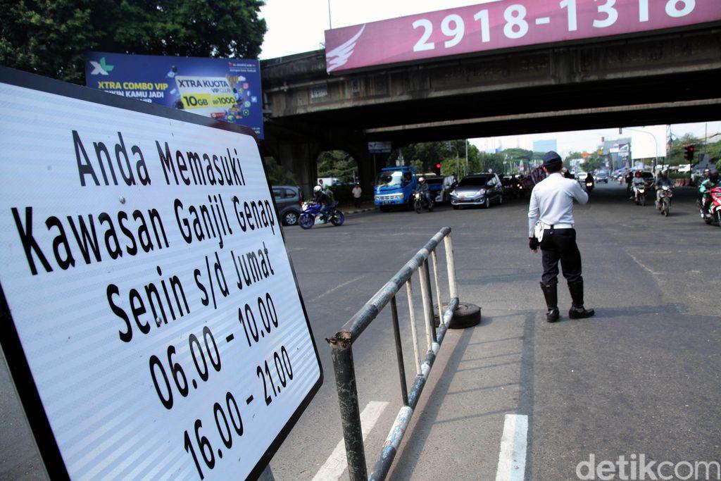 Uji coba perluasan ganjil-genap di sejumlah kawasan ibu kota dimulai hari ini. Sejumlah petugas Dishub mulai melakukan sosialisasi kepada para pengguna jalan.