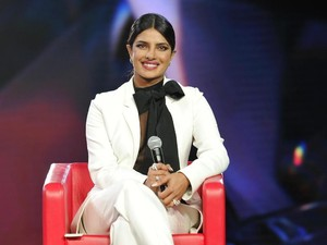 Gaya Seksi Maskulin Priyanka Chopra saat Disebut Munafik di Forum Terbuka