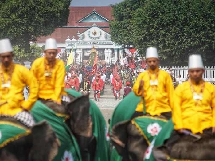 Ada tradisi menarik yang diselenggarakan Keraton Yogyakarta untuk memeriahkan Idul Adha setiap tahunnya. Tradisi itu adalah Grebeg Besar. Penasaran? Yuk, lihat.