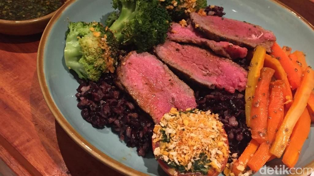 Makan Sehat Nasi Hitam dengan Charred Steak Lezat