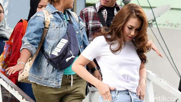 Gaya Ayu Ting Ting dengan Hotpants Denim, Yay or Nay?