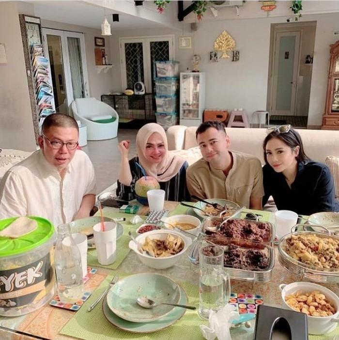 Melalui instagram pribadinya pasangan Raffi Ahmad dengan Nagita Slavina membagikan momen makan bersamanya dengan sang ibu, Rieta Amelia beserta suaminya. Foto: Istimewa
