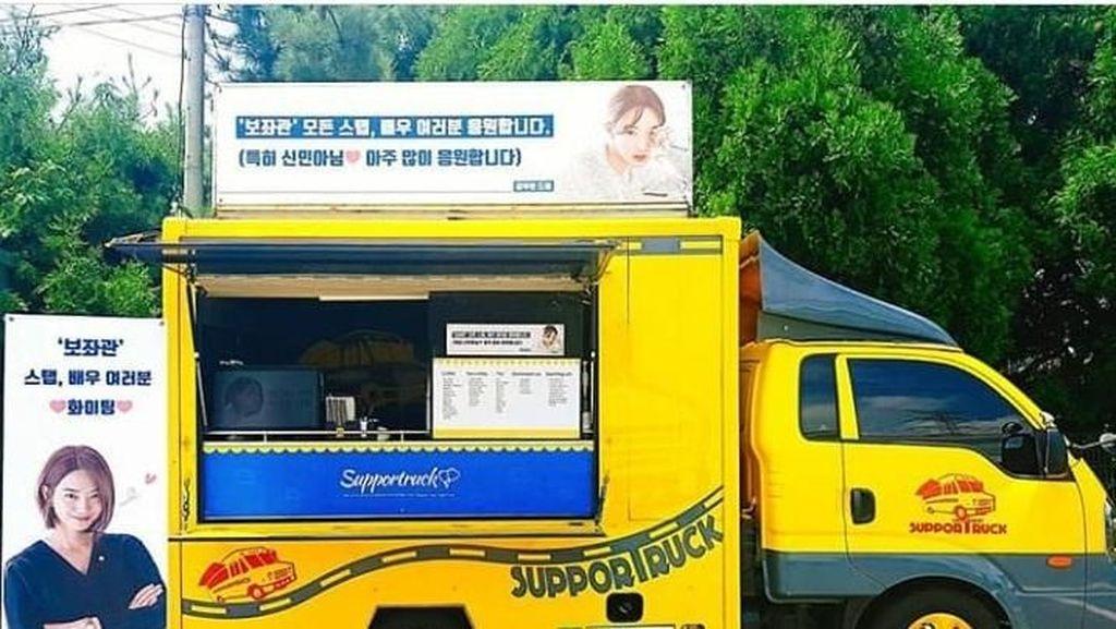 Kim Woo Bin Menyemangati Kekasihnya Shin Min Ah dengan Mengirim Coffee Truck