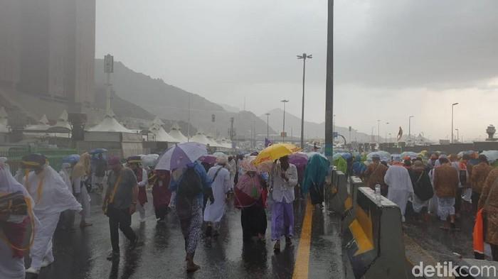 Foto: Jemaah haji yang tengah berada di Mina disambut hujan deras dan angin kencang (Ardhi Suryadhi/detikcom)