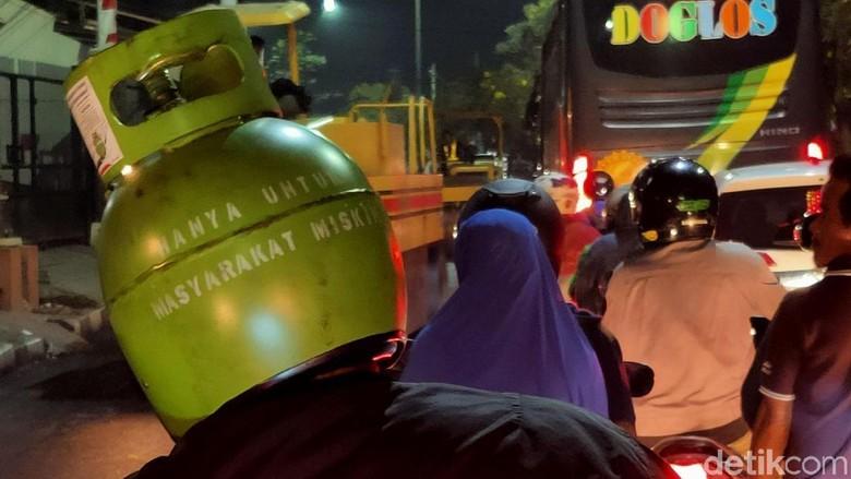 Helm unik berbentuk elpiji 3 kg Foto: Rachman Haryanto