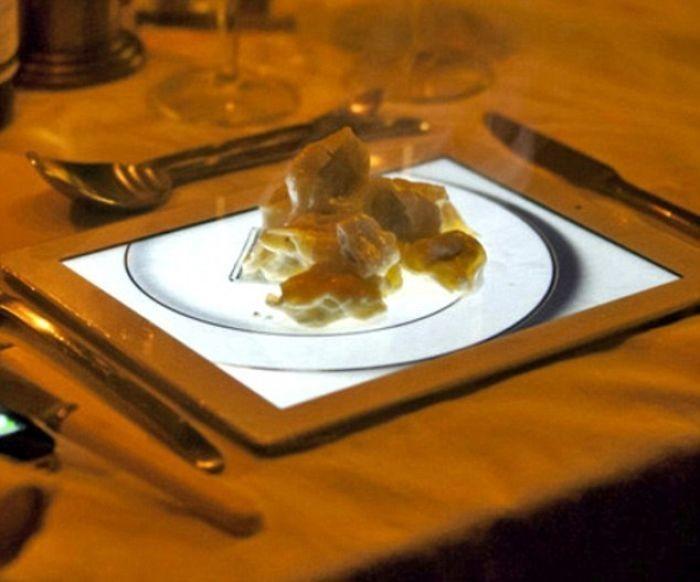 Restoran ini sajikan hidangan penutup, berupa apple pie di atas gambar piring putih yang ada di dalam iPad. Duh, apa tak sayang dengan iPad-nya ya? Foto: Boredpanda