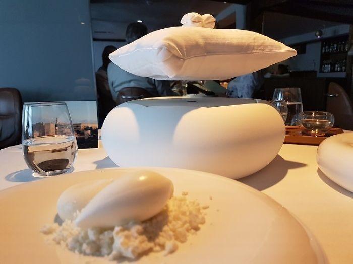 Meringue cookies atau kue busa ini, diletakkan di atas bantal yang mengapung. Bikin yang makan jadi pusing. Foto: Boredpanda