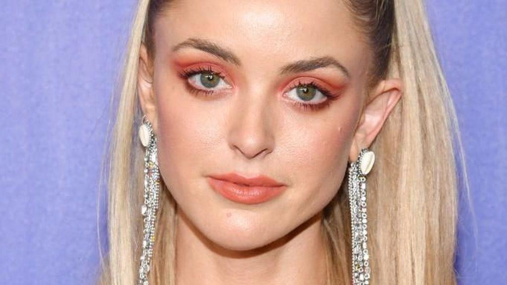 Gaya Feminin Kaitlynn Carter, Model yang Kepergok Mesra dengan Miley Cyrus