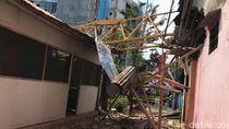 Crane Proyek Unej Patah Timpa 3 Rumah di Jember, Satu Warga Luka