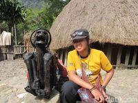 Wisatawan yang berfoto dengan mumi di Wamena (Afif Farhan/detikcom)