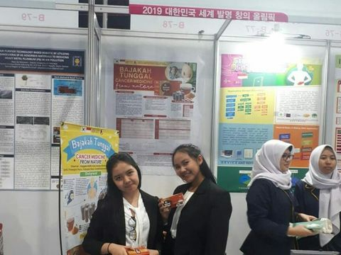Kedua siswi SMA ini meneliti herba asli Dayak.
