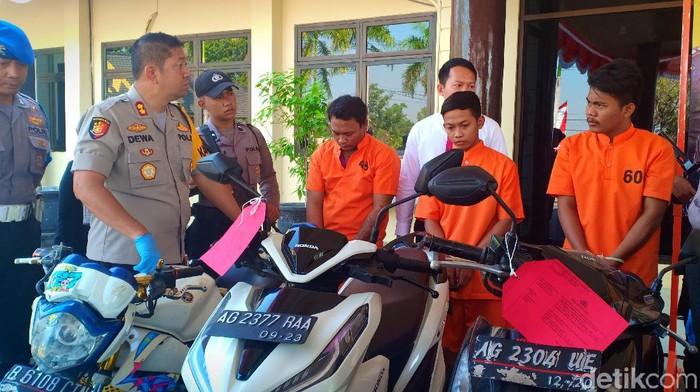 Tiga pelaku curanmor yang tertangkap/Foto: Sugeng Harianto