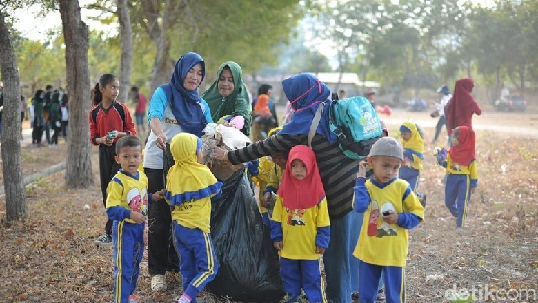 IRT dan pelajar berantas sampah di Sumbawa (Harianto/detikcom)