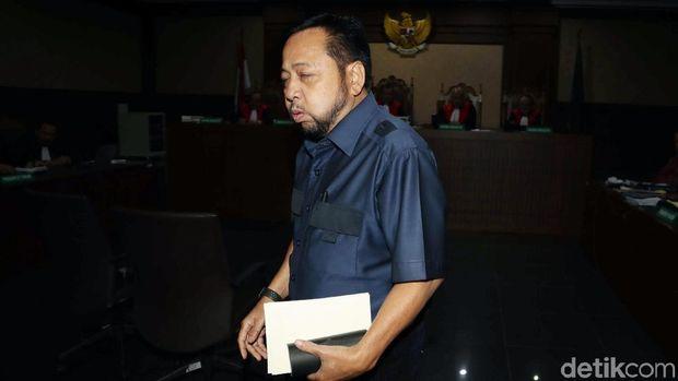 Novanto dan Sofyan Basir sempat berjabat tangan usai sidang lanjutan kasus suap proyek PLTU Riau-1. Penasaran seperti apa ekspresi Novanto?