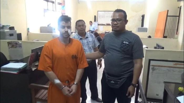 Foto: Bule Australia Nicolah Carr yang mengamuk di Bali diperiksa polisi. (Istimewa)