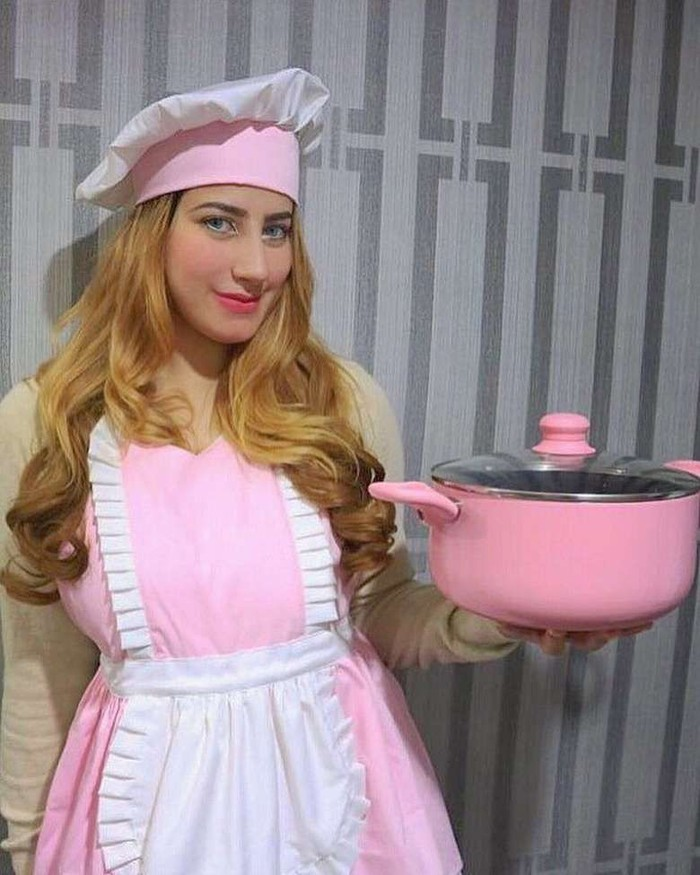 Kembaran Tasya Farasya ini jago masak. Bahkan ia mendekor dapurnya dengan serba-serbi yang berwarna pink. Foto: Instagram @tasyiiathasyia