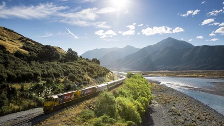 Pemandangan kereta TransAlpine (Tourism New Zealand)