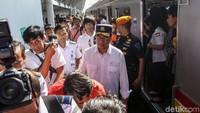 Menhub Budi Karya menggunakan krl saat akan menuju ke stasiun kereta api tersebut. Budi Karya berangkat dari Stasiun Juanda menggunakan KRL rute Jakarta Kota-Cikarang.
