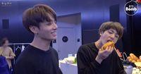 Aksi Jungkook Goda Member BTS dengan Hot Dogs Ini Bikin Penggemar Ngiler!