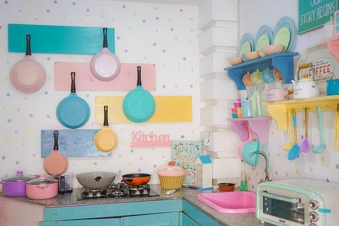 Ini potret dapur Tasyi Athasyia yang serba pink, mulai dari peralatan hingga dinding dapur. Foto: Instagram @tasyiiathasyia