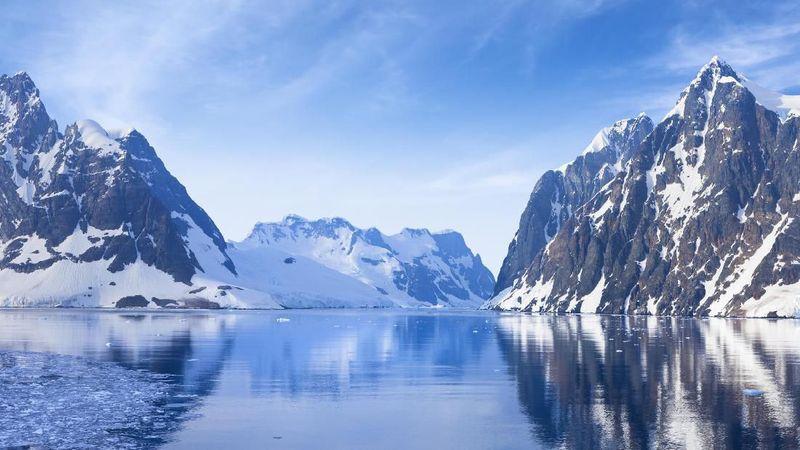 Antartika di Kutub Selatan Bumi luasnya 14 juta km2. Benua ini adalah gurun yang terdiri dari lapisan es dengan komposisi 70 persen air bersih dan ketebalan 1,6 km. (iStock)