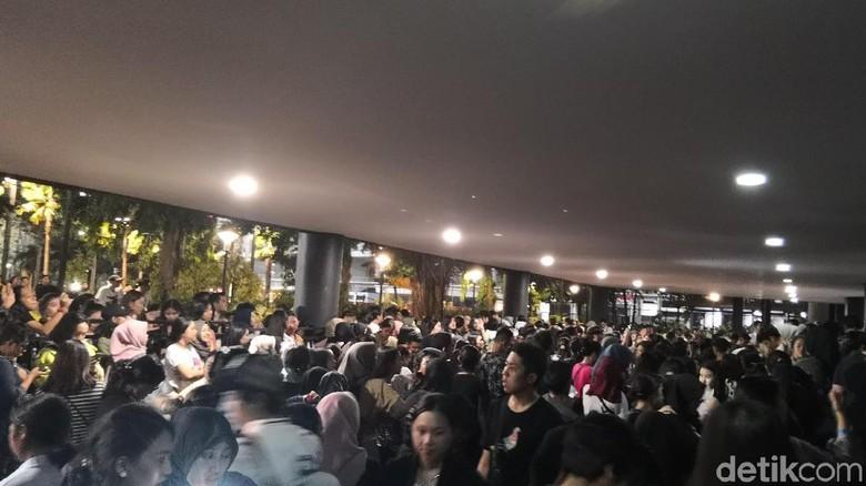 Foto: Konser batal, Fans LANY rusuh / Dyah P Saraswati
