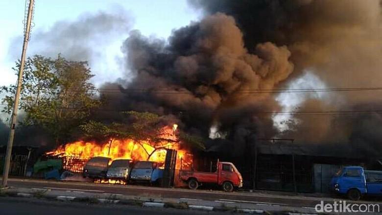Kuburan Mobil di Lamongan Terbakar, Penyebab Belum DIketahui
