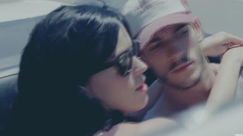 Ia beradegan mesra dengan Katy dalam video klip tersebut. Dok. Instagram/iamjoshkloss