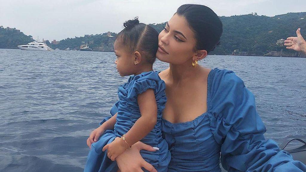 Kylie Jenner Kembaran dengan Stormi Pakai Dress Rp 2,5 Juta, Netizen Gemas