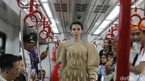 Foto: Pertama Kalinya Model Fashion Show di Gerbong LRT Jakarta