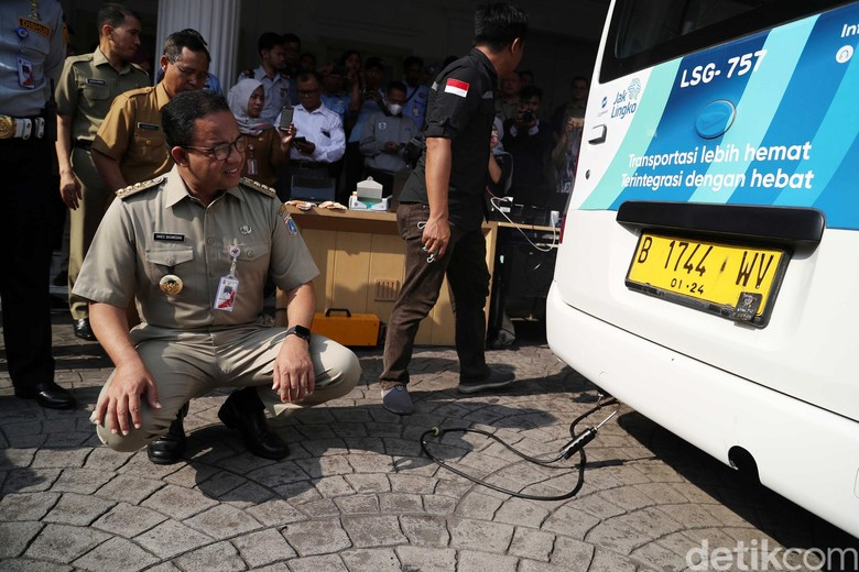 Jokowi Bicara Mobil Listrik Parkir Gratis, Anies: Masa Bilang Begitu?