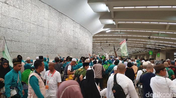 Suasana saat Jemaah Haji Lempar Jamrah (Foto: Ardhi/detikcom)