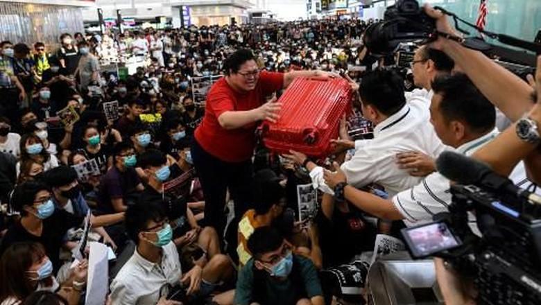 Demonstran Kembali Banjiri Bandara Hong Kong, Penumpang Marah