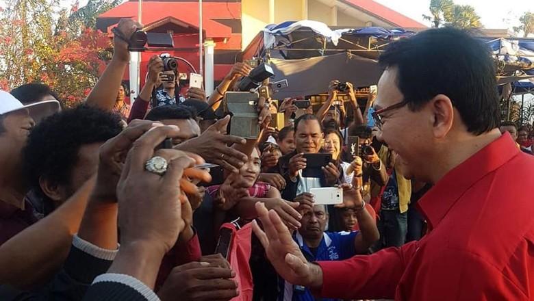 Pakai Seragam PDIP, Ahok Sapa Warga Nusa Terindah Toleransinya