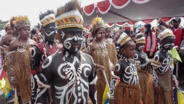 Beragam kegiatan dilakukan masyarakat Indonesia untuk menyambut HUT RI ke-74. Tak terkecuali anak-anak di Papua yang mengenakan baju adat untuk menyambut HUT RI.