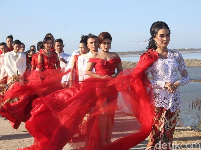 Fashion show di tanggul lumpur Sidoarjo/Foto: Suparno